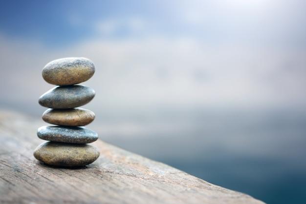 Balance stein mit spa am fluss küste