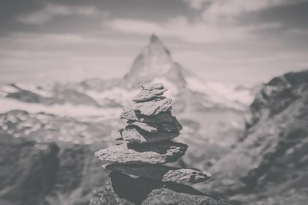 Balance steine, weit weg matterhorn berg, szene im nationalpark zermatt, schweiz, europa anzeigen. sommerlandschaft, sonnenscheinwetter, dramatischer blauer himmel und sonniger tag