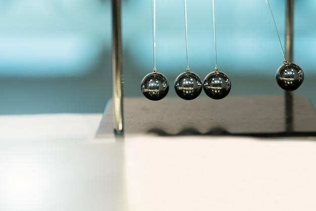 Balancing balls newtons cradle auf unscharfen hintergründen