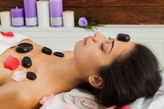 Balck marmor stein massage spa für frauen im wellnesscenter