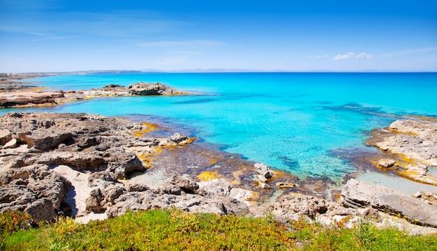 Balearische formentera-insel im felsigen strand des escalo