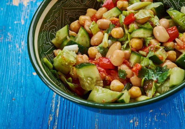 Balela – bohnensalat nach orientalischer art mit kichererbsen und schwarzen bohnen sowie vielen süßen traubentomaten