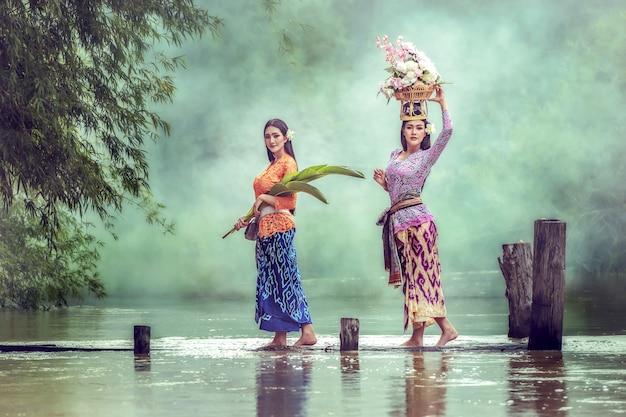 Balinesische dame, die sich vorbereitet, zur arbeit zu gehen.