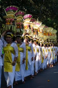 Balinesisches tanzfestival in indonesien