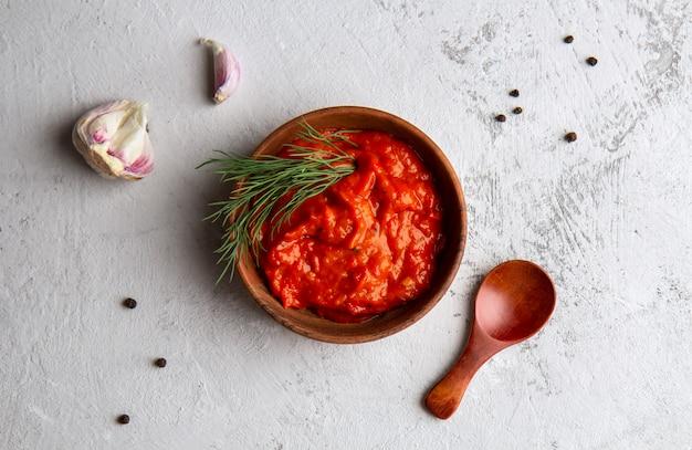 Balkan-snack von paprika ajvar auf einem hellen raum