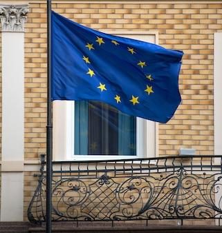 Balkon des altbaus mit der flagge der europäischen union