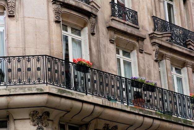 Balkon mit blumen in paris frankreich