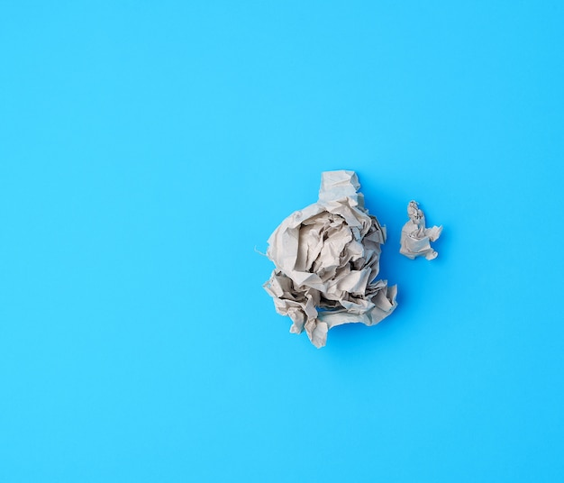 Ball aus zerknittertem grauem papier