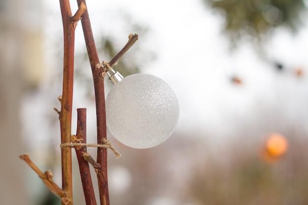 Ball der weißen weihnacht auf stöcken