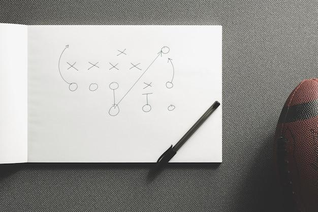Ball des amerikanischen fußballs nahe spielstrategie