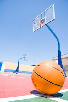 Ball im basketballfeld