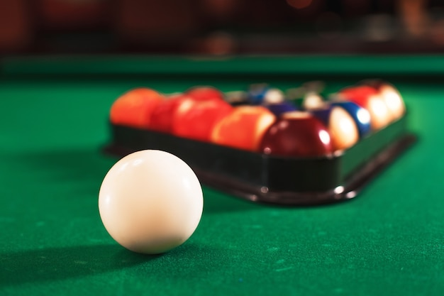 Ball und kreide auf dem billardtisch.