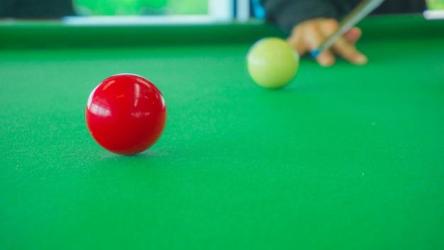 Ball und snooker-spieler, mann spielen snooker
