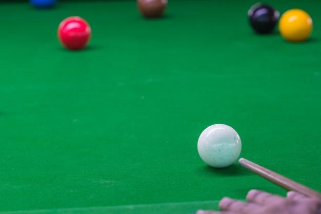 Ball- und snookerspieler, mann spielt snooker