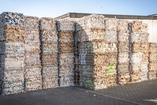 Ballen aus pappe und karton mit umreifungsdrahtbändern recyceln