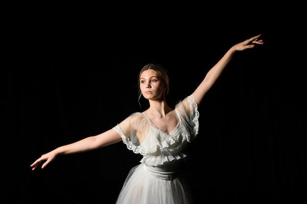 Ballerina auf kleid und ballettröckchenaufstellung