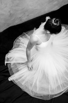Ballerina des hohen winkels, die unten schaut