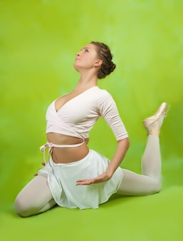 Ballerina, die einen tanz durchführt
