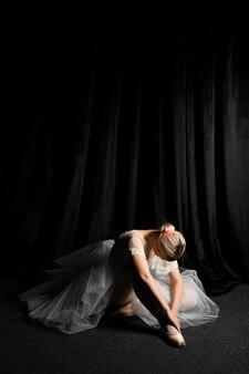 Ballerina, die im ballettröckchenkleid mit kopienraum aufwirft
