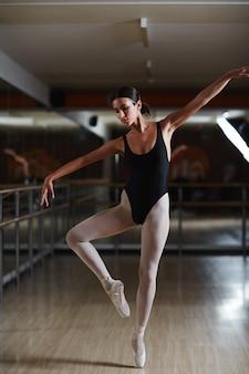 Ballerina, die im studio übt