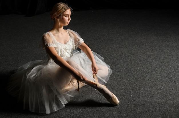 Ballerina im ballettröckchenkleid, das mit kopienraum aufwirft