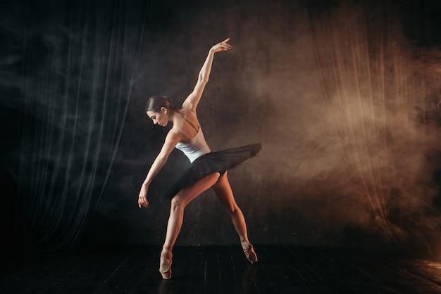 Ballerina in aktion, tanztraining auf der bühne