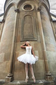 Ballerina in der nähe einer alten burg