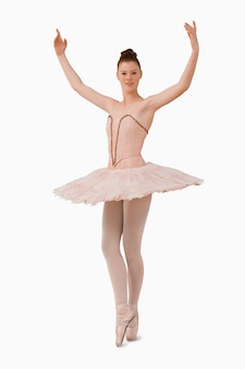 Ballerina mit erhobenen armen