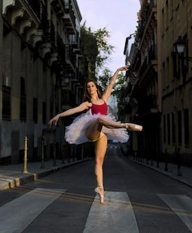 Ballerina mit tutu tanzen auf der straße