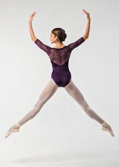 Ballerina springt in einem studio-shooting