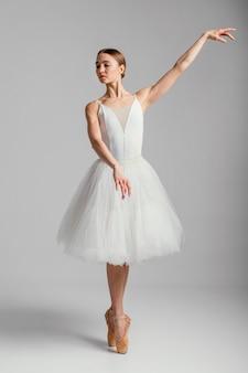 Ballerina stehend mit spitzenschuhen