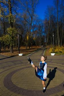 Ballerina tanzen im naturpark unter herbstlaub.