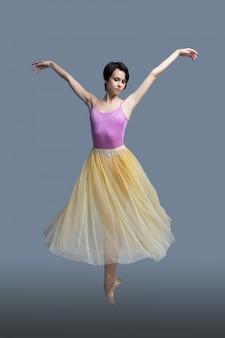 Ballerina tanzt auf einem grau