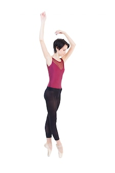 Ballerina tanzt im studio auf weißem isolat