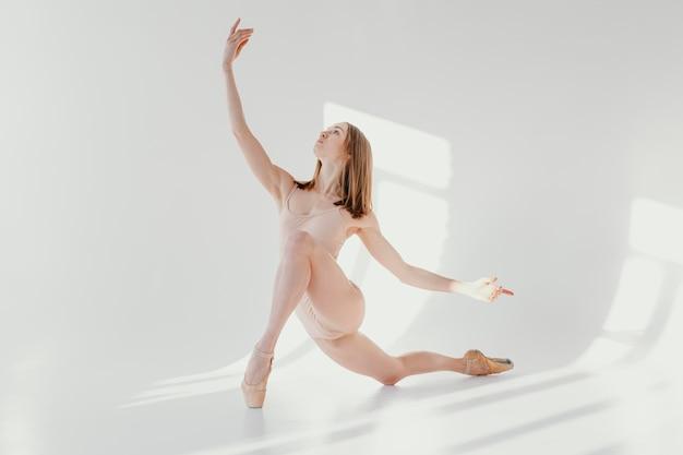 Ballerina trägt punktschuhe full shot