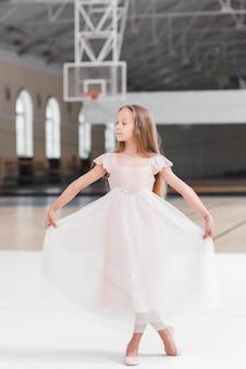 Ballerinamädchen, das in der tanzklasse balanciert