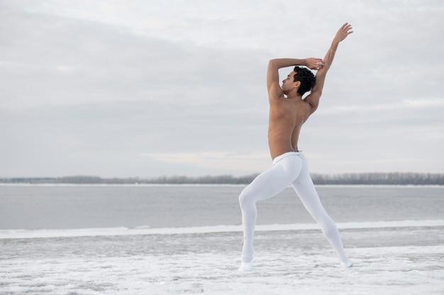 Balletttänzer, der mit eleganz durchführt