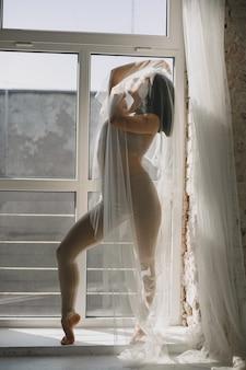 Balletttänzerin im zeitgenössischen stil. frau in einem tanzstudio.