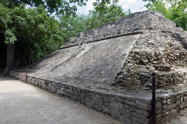Ballgericht in der alten mayastadt von coba in mexiko