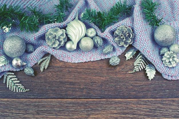 Ballkegel-niederlassungszedernurlaub der weihnachtszusammensetzung glänzender silberner hölzerner dunkler hintergrundpurpur