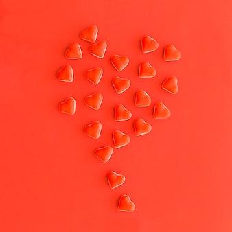 Ballon, der aus kleinen roten herzformsüßigkeiten gebildet wird