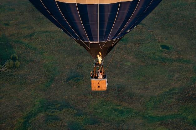 Ballon-festival. ballon vor dem hintergrund von himmel und sonnenuntergang, stille der natur. korb mit menschen heißluftballon