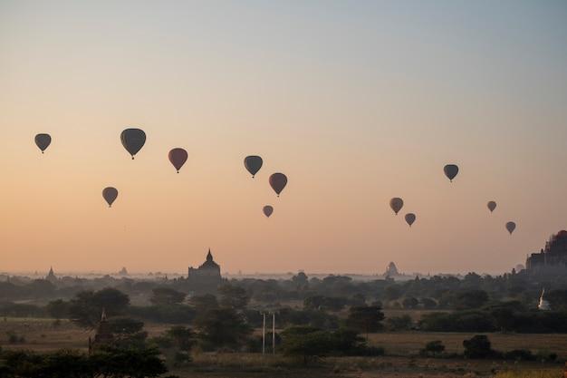 Ballon im sonnenaufgang licht