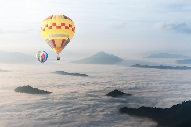 Ballon über nebel und wolkengebirgstal