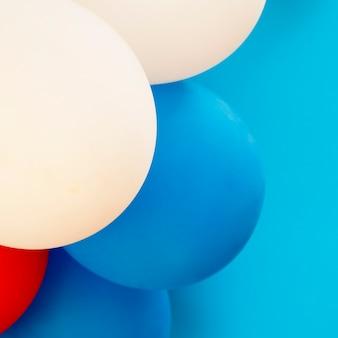 Ballone auf blauer hintergrundnahaufnahme