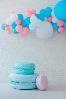 Ballone und eiswagen auf festlichem weißem ziegelstein mit großem lebkuchenmann.