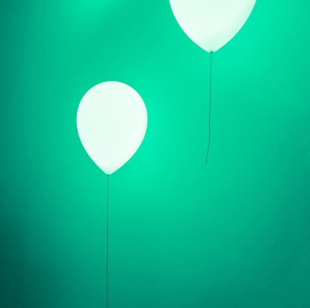 Ballonformlampe auf grüner wand