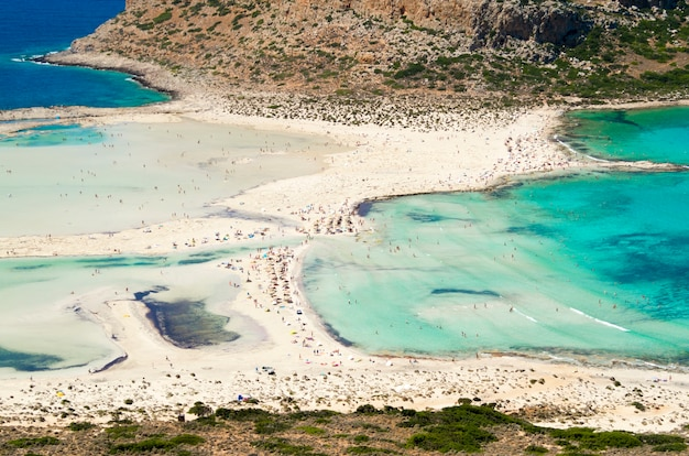 Balos strand in kreta, griechenland. schöne blaue lagune und weicher sand.