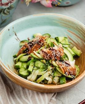 Balsamico-salat mit hähnchen und gurken