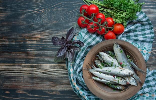 Baltischer hering meeresfrüchte. gesalzener heringsfisch in einer schüssel mit gewürzen und kräutern.